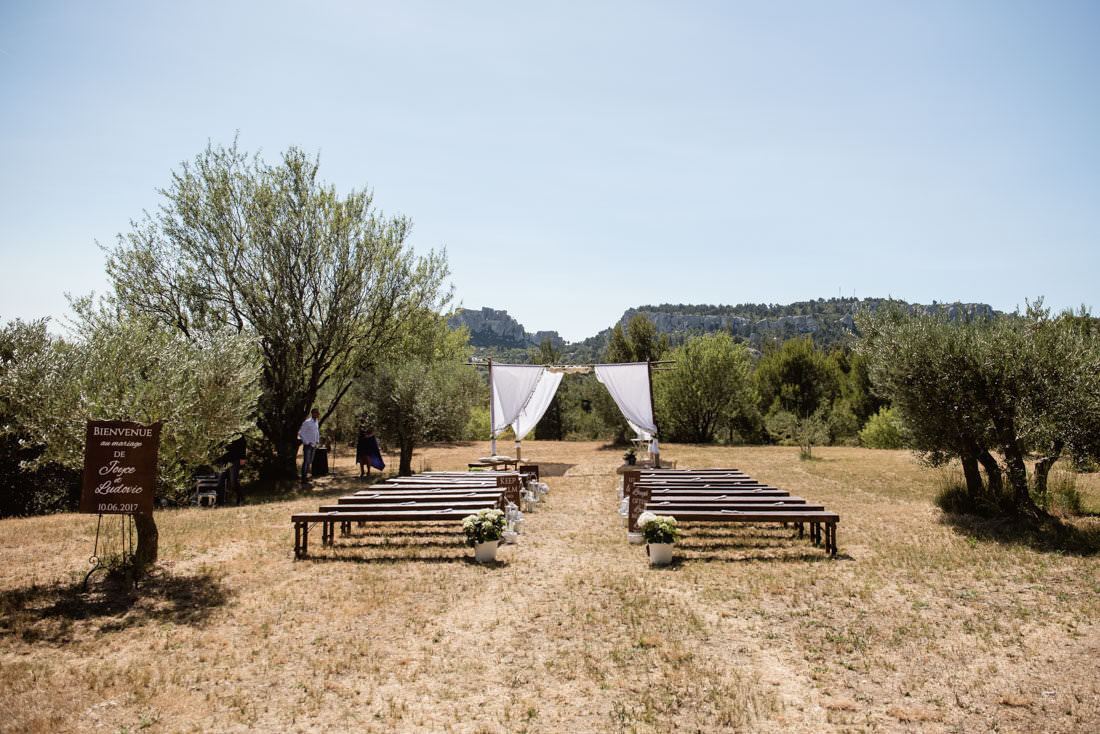 Outdoor wedding ceremony in Les Baux de Provence for a destination wedding planned by Muriel Saldalamacchia Photo by Cecile Creiche