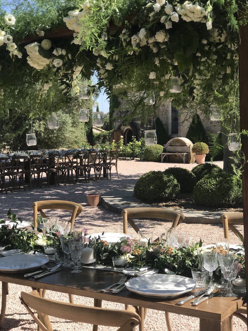 Greeneries and wooden tabletop for one of our an organic destination wedding in Provence by wedding Planner Muriel Saldalamacchia - photo by Muriel Saldalamacchia
