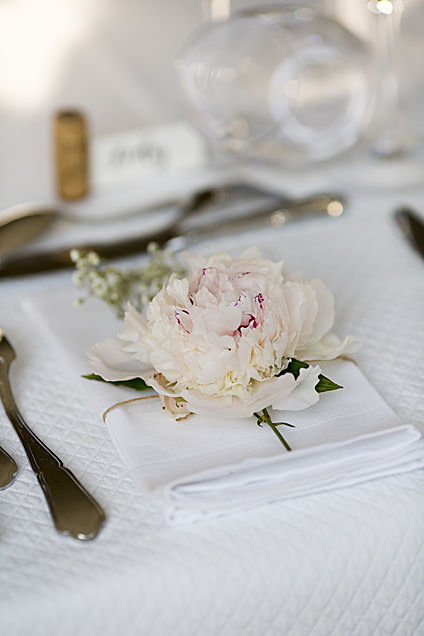 Seated diner means seats destination wedding provence by Muriel Saldalamacchia Photo by Vanessa Colin photdefamille.fr