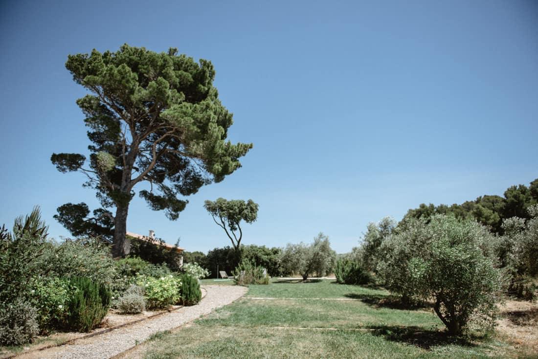 destination wedding in Les Baux de Provence for a destination wedding planned by Muriel Saldalamacchia Photo by Cecile Creiche