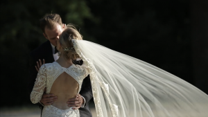 Sweet kiss between newlyweds - organic destination wedding in Provence by wedding Planner Muriel Saldalamacchia - photo by Studio 80.JPG